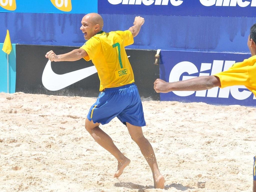 Sidney (esq) comemora gol na vitória do Brasil sobre a Argentina na 2ª rodada da Copa Latina