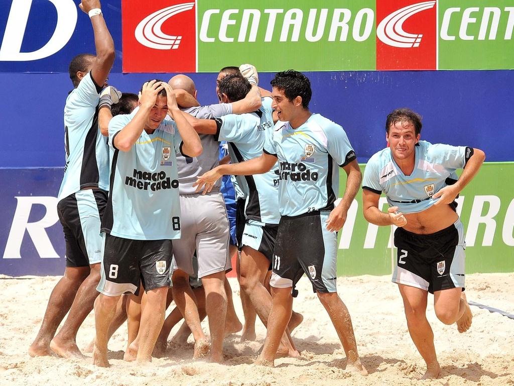 Jogadores do Uruguai comemoram vitória nos pênaltis contra o Brasil na final da Copa Latina