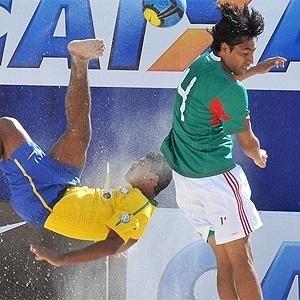Anderson tenta jogada de efeito na vitória sobre o México na primeira rodada da Copa Latina, na arena montada no Hot Park, no Rio Quente Resorts (GO)