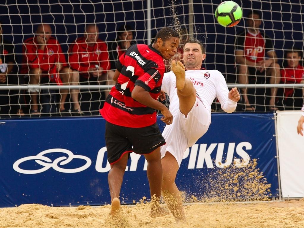 Jogador do Flamengo toma entrada dura de rival do Milan no Mundialito de futebol de areia