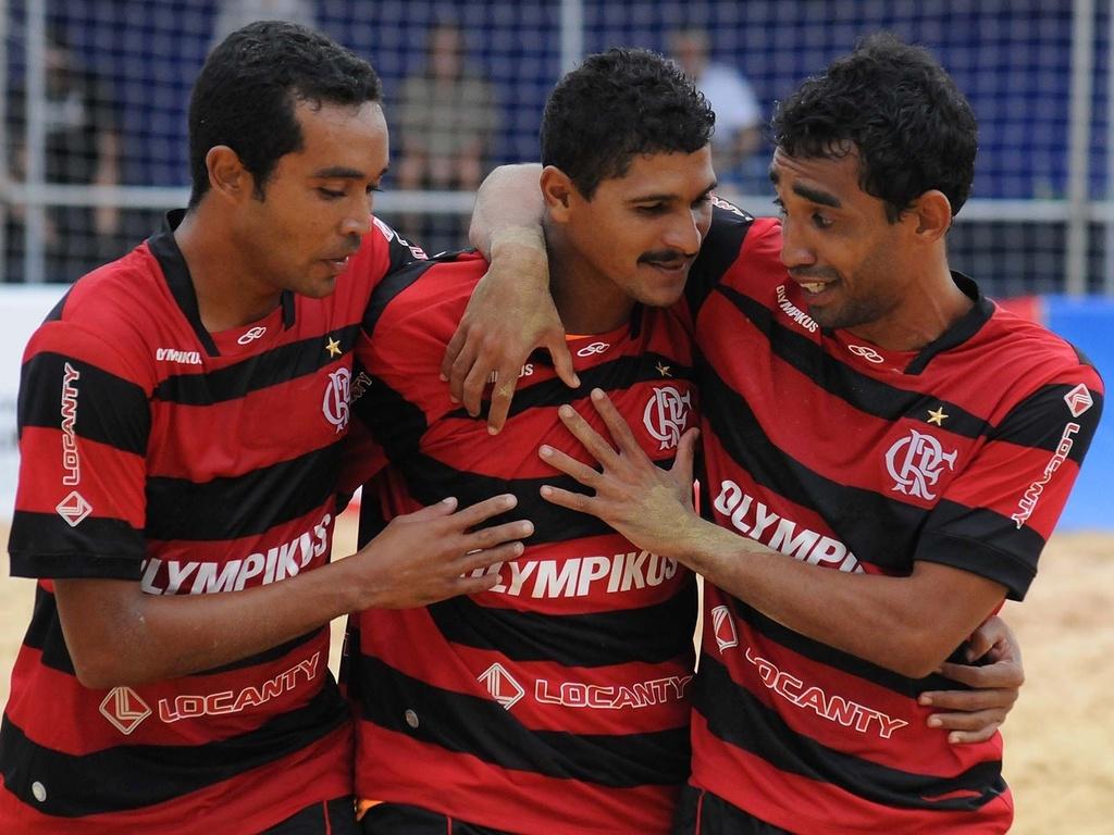 André é abraçado pelos companheiros ao marcar para o Flamengo contra o Boca Juniors