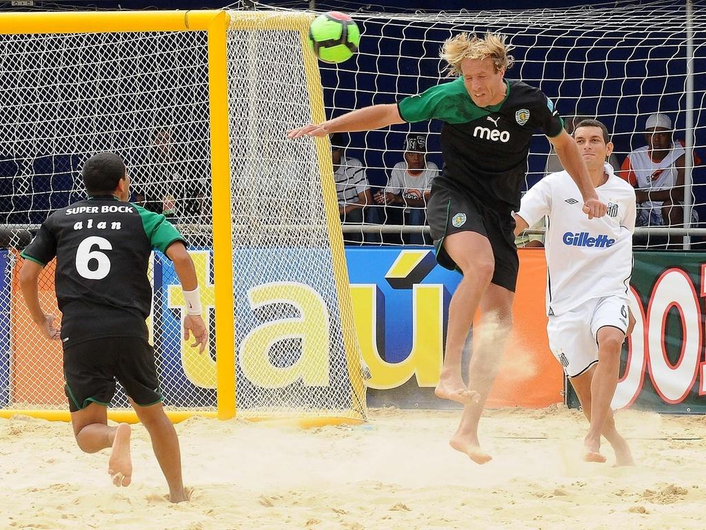 Jogador do Sporting ganha jogada pelo alto na goleada por 5 a 0 sobre o Santos