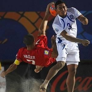 Madjer, de Portugal, tenta voleio na partida contra El Salvador na Copa do Mundo da Fifa de futebol de areia, na Itália