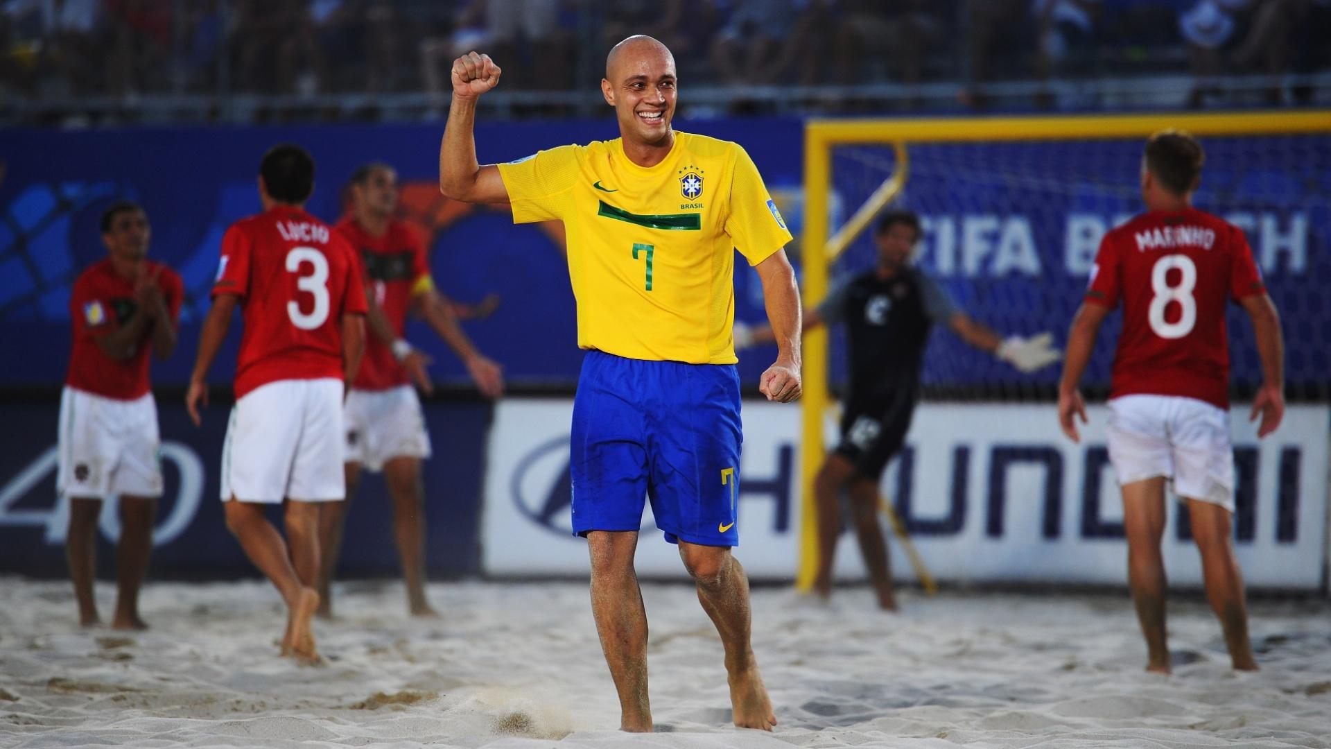 Sidney comemora a vitória do Brasil por 4x1 contra Portugal pelo Mundial de futebol de areia, em Ravenna, Itália (10/9/11)