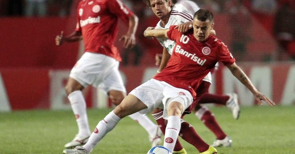 D'Alessandro tenta jogada contra Diguinho em Inter x Fluminense no Beira-Rio
