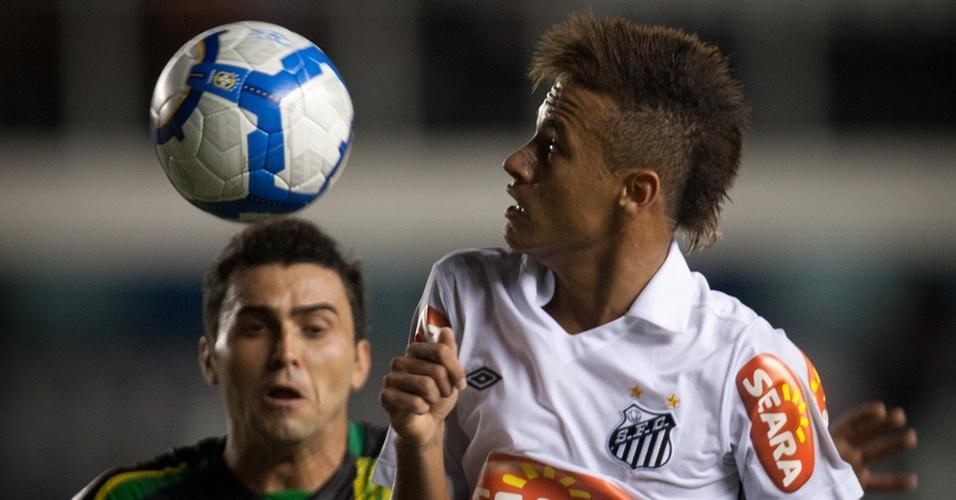 Neymar briga pela bola no empate entre Santos e Vitória