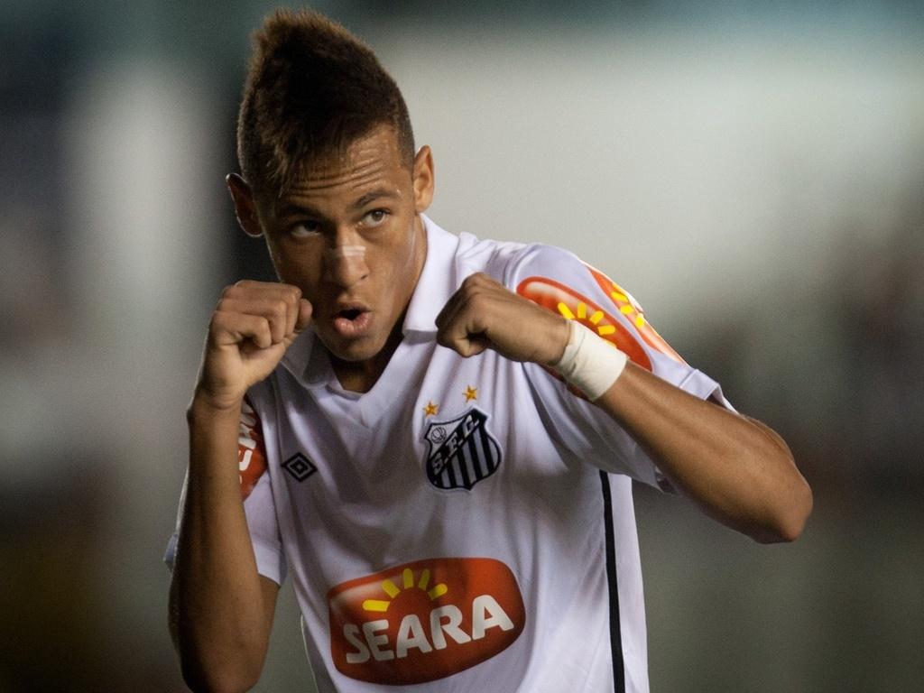 Neymar comemora ao marcar para o Santos no empate com o Vitória