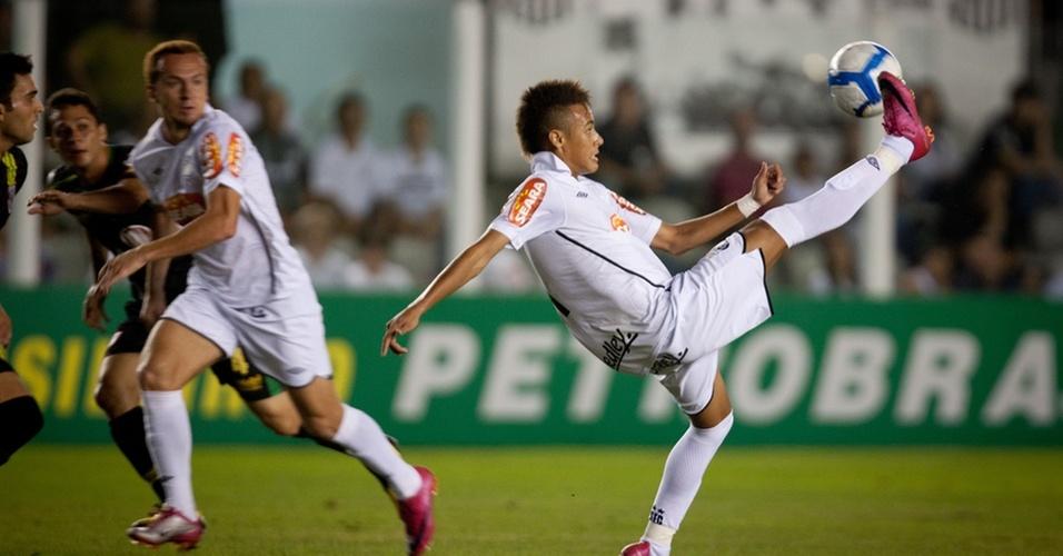Neymar tenta jogada no empate entre Santos e Vitória