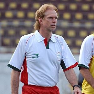 O técnico Sérgio Guedes durante treinamento na Portuguesa