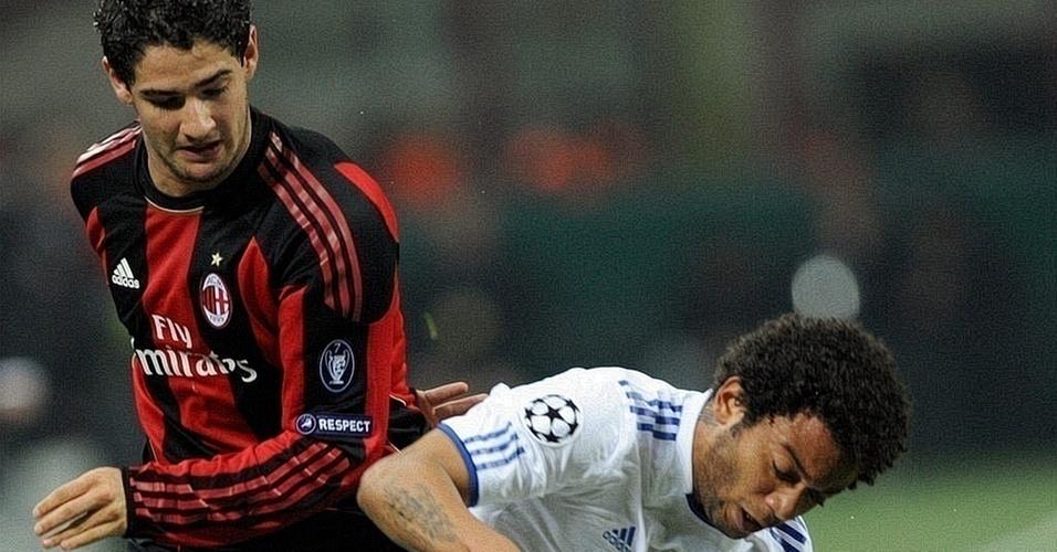 Pato disputa jogada com Marcelo em jogo entre Milan e Real Madrid