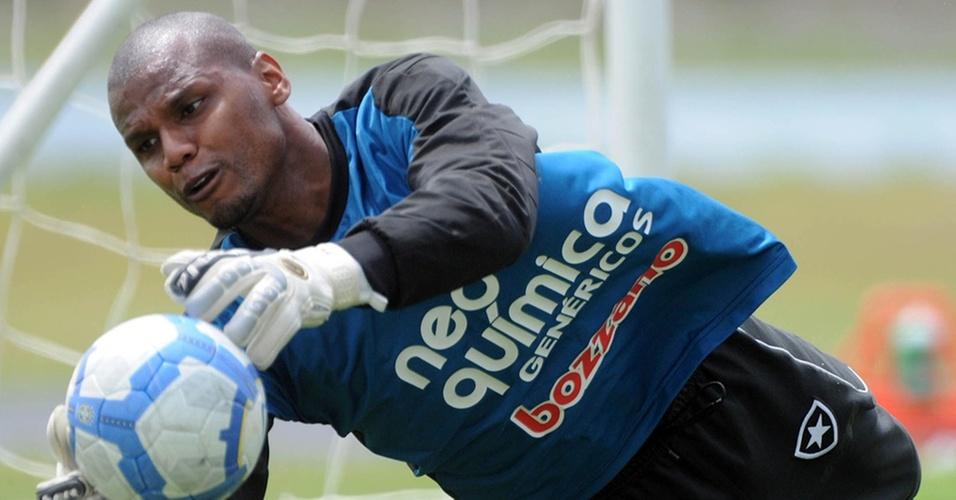 Jefferson faz uma defesa durante treinamento do Botafogo
