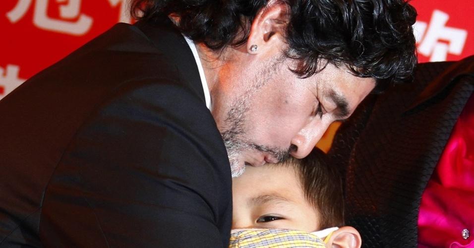 Maradona participa de evento da Cruz Vermelha em Pequim