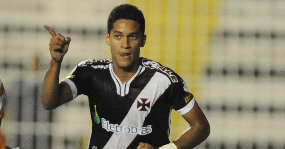 Rômulo comemora um dos seus gols pelo Vasco contra o Grêmio Prudente