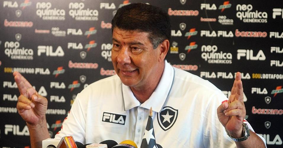 Joel Santana demonstra descontração durante sua entrevista após o treino do Botafogo