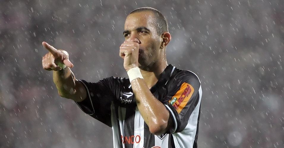 Diego Tardelli comemora seu gol no empate do Atlético com o Santos
