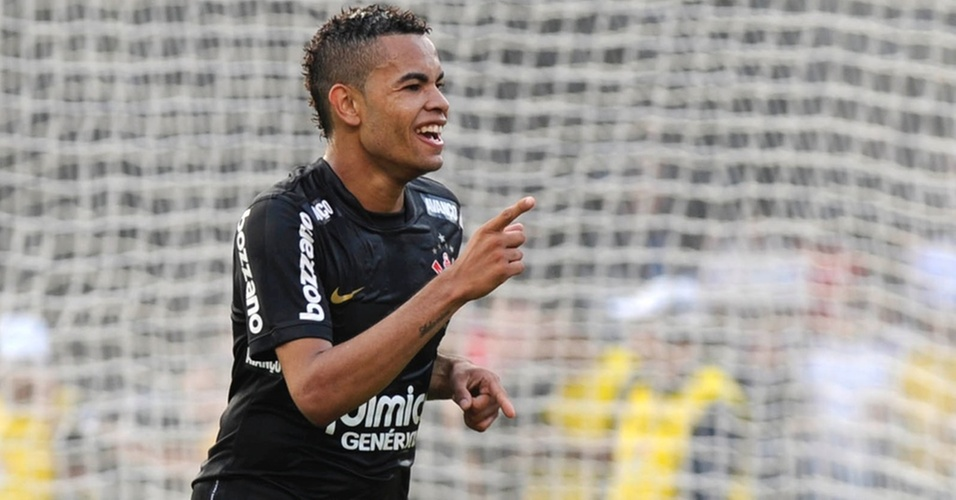 Dentinho comemora ao fazer o segundo gol do Corinthians contra o São Paulo