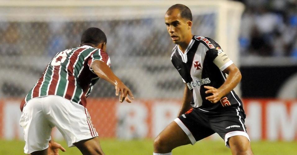 Felipe tenta passar por um adversário durante Fluminense x Vasco