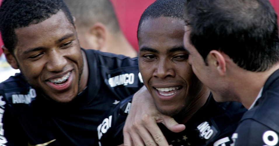 Jucilei (e) e Bruno Cesar (d) comemoram depois de Elias abrir o placar para o Corinthians contra o São Paulo