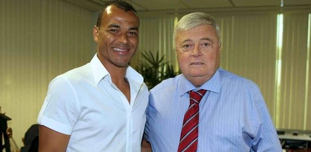Cafu posa ao lado do presidente Ricardo Teixeira na sala do mandatário na CBF