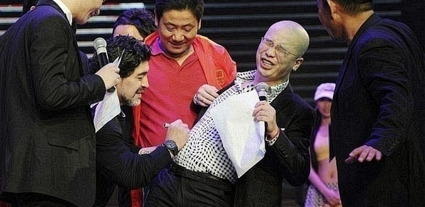 Maradona autografa barriga de fã na China