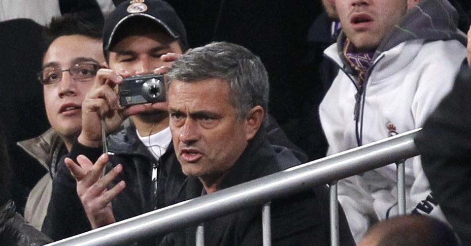 José Mourinho, expulso, é assediado por torcedor na arquibancada em jogo entre Real e Murcia