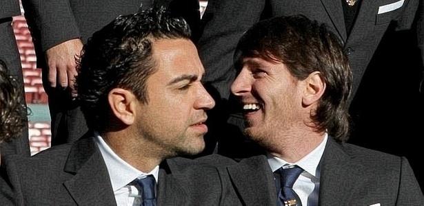 De terno, Xavi e Messi posam para foto oficial do Barcelona