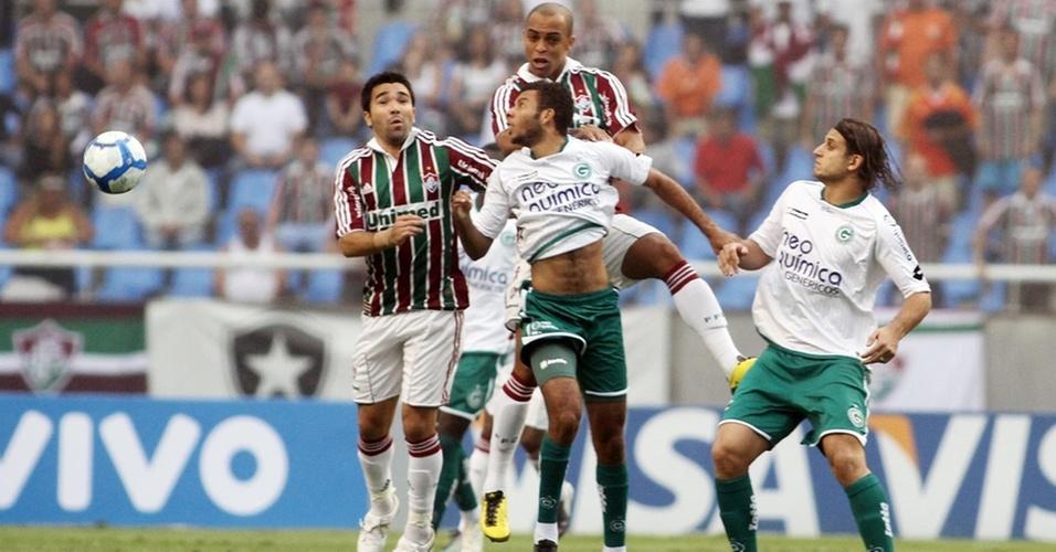 Jogadores de Fluminense e Goiás brigam pela bola no Engenhão