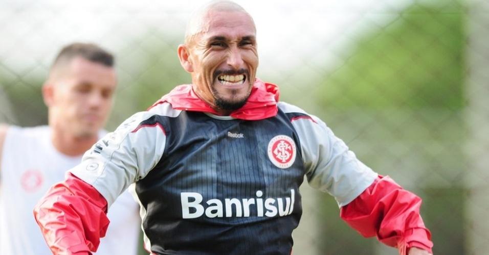 Guiñazu se esforça em treino do Internacional, no Beira-Rio