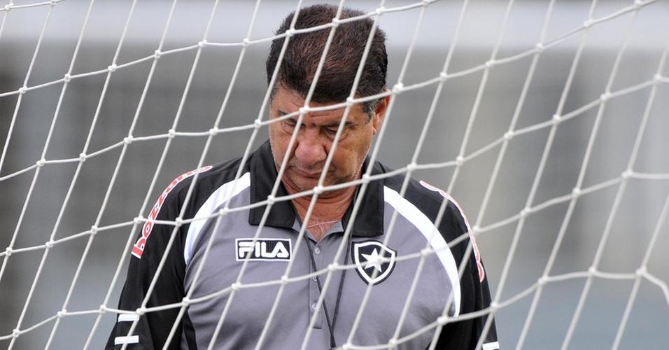 Joel Santana fica desolado durante treinamento do Botafogo