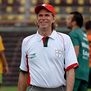 O técnico Sérgio Guedes sorrindo durante treino na Lusa