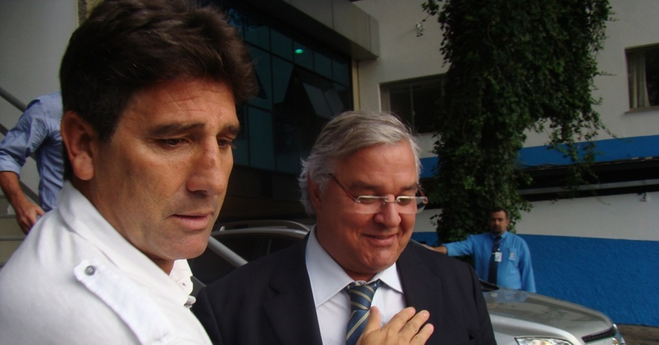 Renato Gaúcho cumprimenta Paulo Odone após reunião no Olímpico
