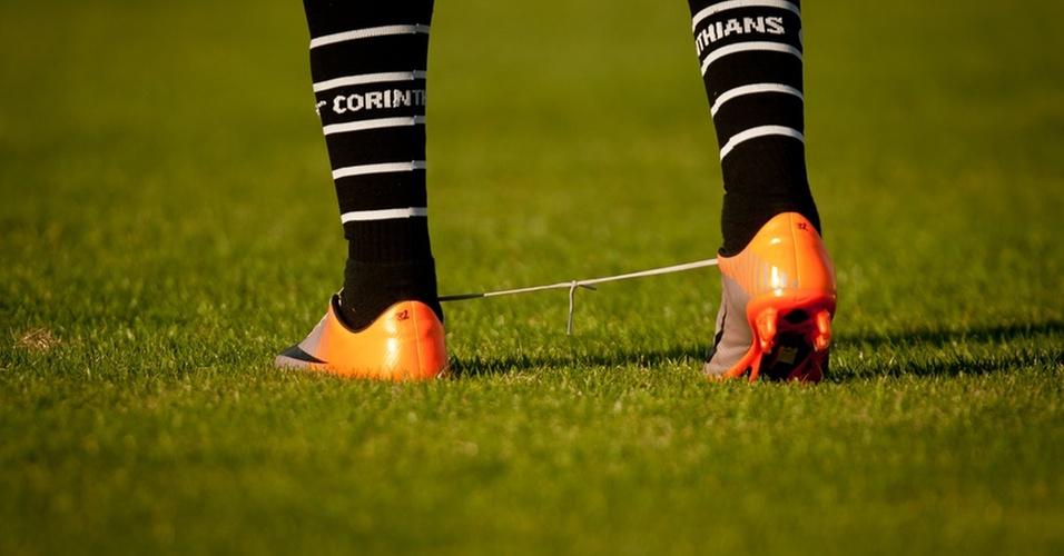 Dentinho leva trote de companheiros e anda com cadarços amarrados em treino do Corinthians