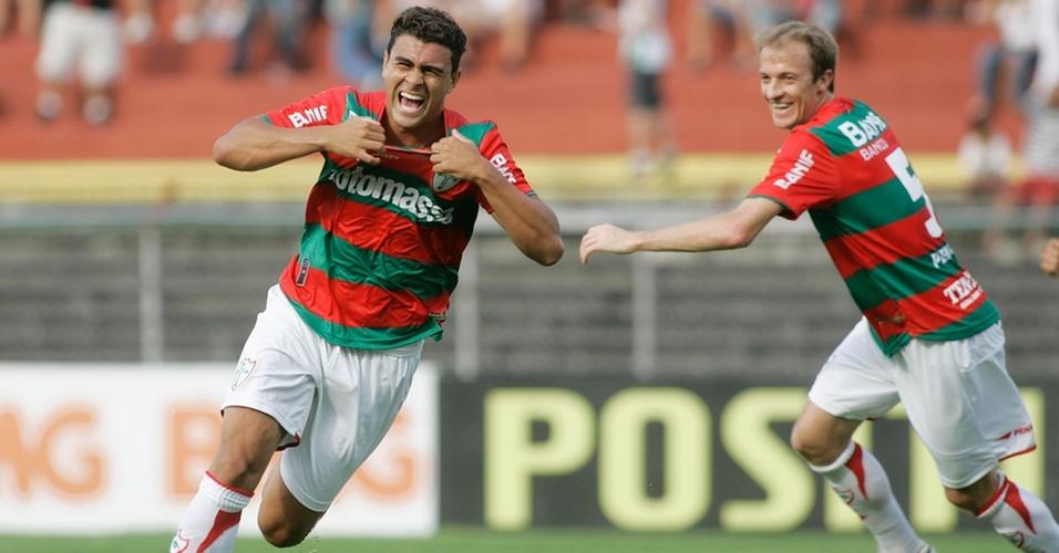 Maurício comemora o primeiro gol da Portuguesa contra o Ipatinga