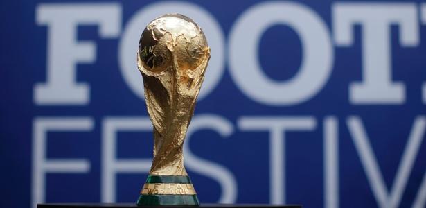 Detalhe da Taça Copa do Mundo Fifa, em exposição no Rio de Janeiro