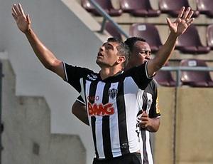 Diego Souza ergue os braços, mas diz que não comemorou gol em respeito ao Palmeiras