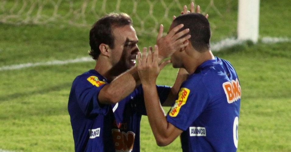 Roger é abraçado por Wellington Paulista ao marcar para o Cruzeiro contra o Vasco