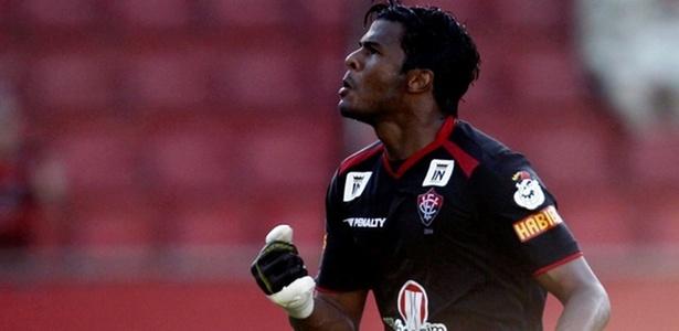 O goleiro Viáfara, do Vitória, comemora o gol marcado contra o Corinthians