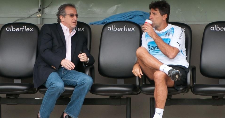 Duda Kroeff (e) e Renato Gaúcho (d) conversam em treino do Grêmio