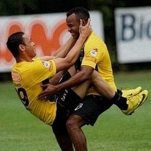Ricardo Oliveira (esq.) é dúvida para domingo, enquanto Fernandinho e Dagoberto estão liberados