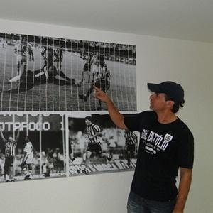 Túlio Maravilha observa uma foto sua durante o Brasileiro de 1995