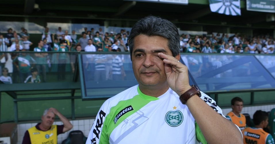 Técnico Ney Franco chora em despedida do Coritiba