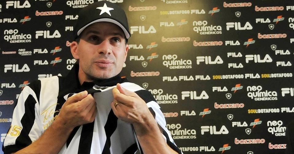 Túlio Maravilha posa para foto vestindo sua camisa retrô do Botafogo
