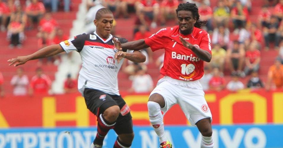 Meia Tinga no jogo Internacional x Vitória, no estádio Beira-Rio