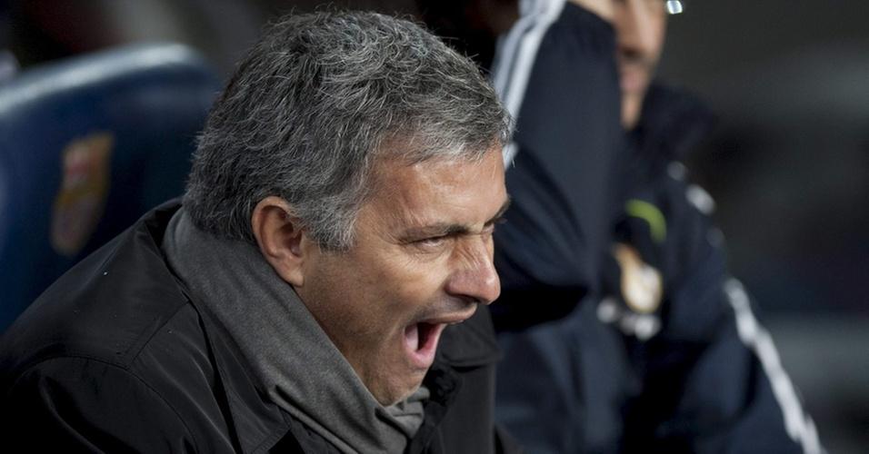 José Mourinho boceja durante a goleada sofrida pelo Real Madrid por 5 a 0 para o Barcelona