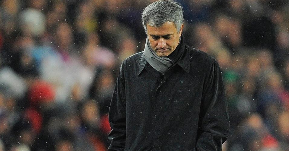José Mourinho cabisbaixo na goleada sofrida por 5 a 0 para o Barcelona no Camp Nou