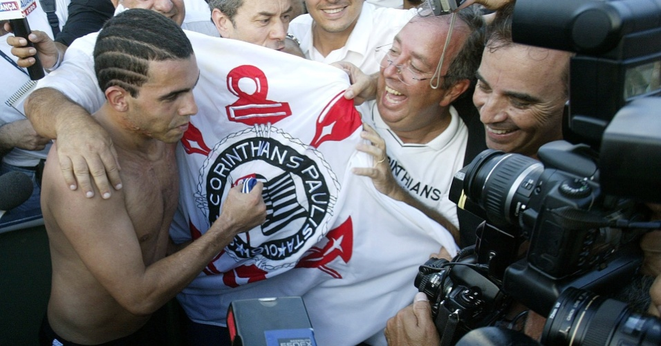 Tevez comemora título brasileiro de 2005