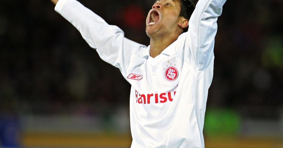 Adriano Gabiru comemora o gol que deu o título ao Inter no Mundial em 2006; atualmente, o volante está no futebol amador