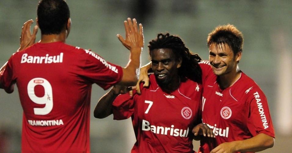 Tinga comemora, ao lado de Alecsandro (e) e R. Sóbis, gol marcado contra G. Prudente