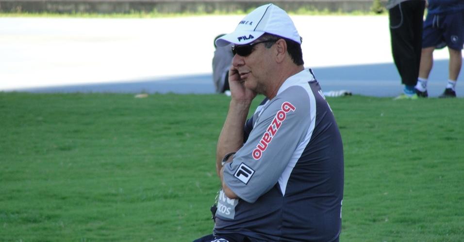 Joel Santana conversa no telefone durante treino do Botafogo
