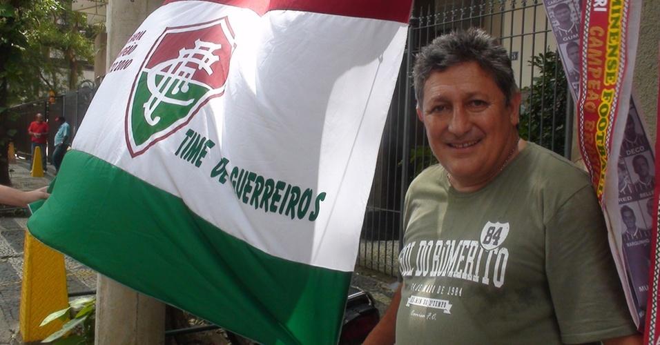 Romerito, um dos ídolos do Fluminense, ao lado da bandeira tricolor